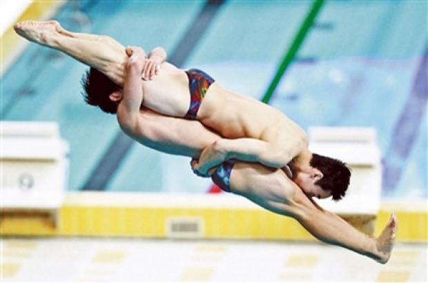 การแข่งขันกระโดดน้ำจากที่สูง ด้วยท่าที่สวยงาม